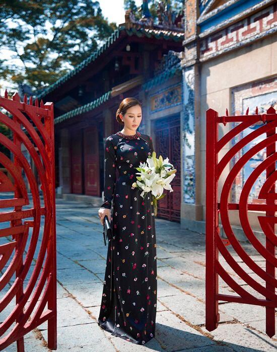 Hoa hậu Thu Hoài diện áo dài in hoa của Công Trí - Hình ảnh 1