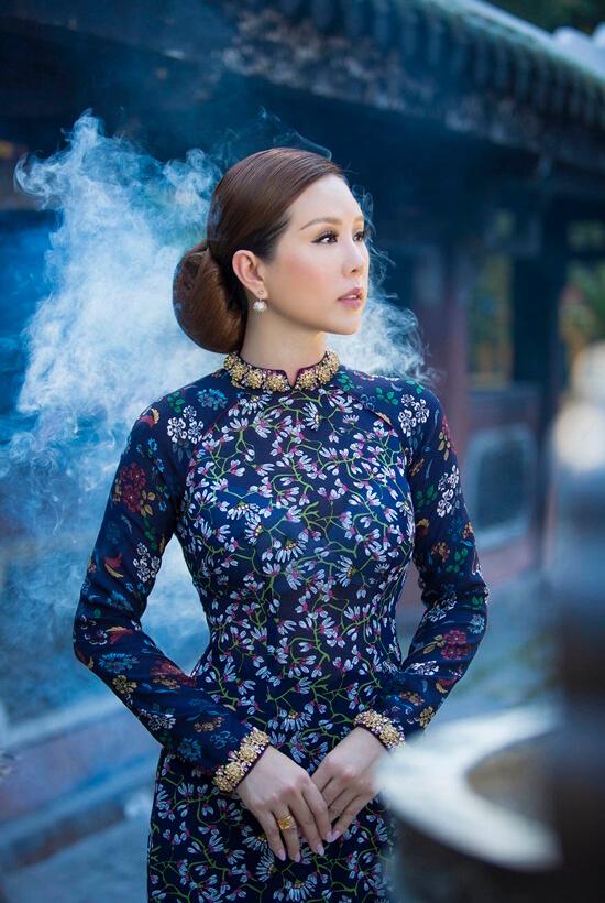 Hoa hậu Thu Hoài diện áo dài in hoa của Công Trí - Hình ảnh 3