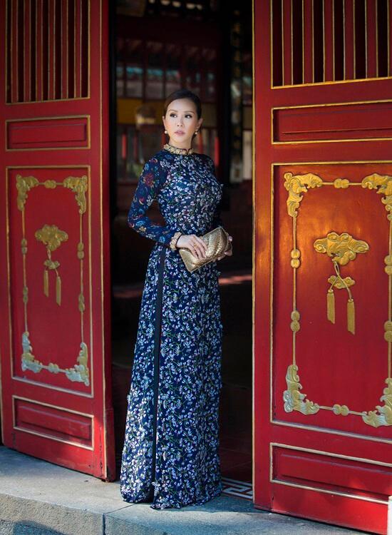 Hoa hậu Thu Hoài diện áo dài in hoa của Công Trí - Hình ảnh 4