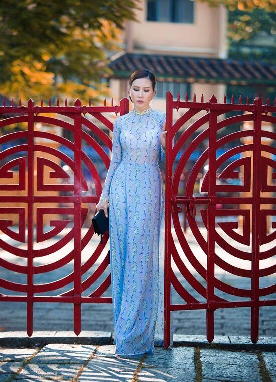 Hoa hậu Thu Hoài diện áo dài in hoa của Công Trí - Hình ảnh 10