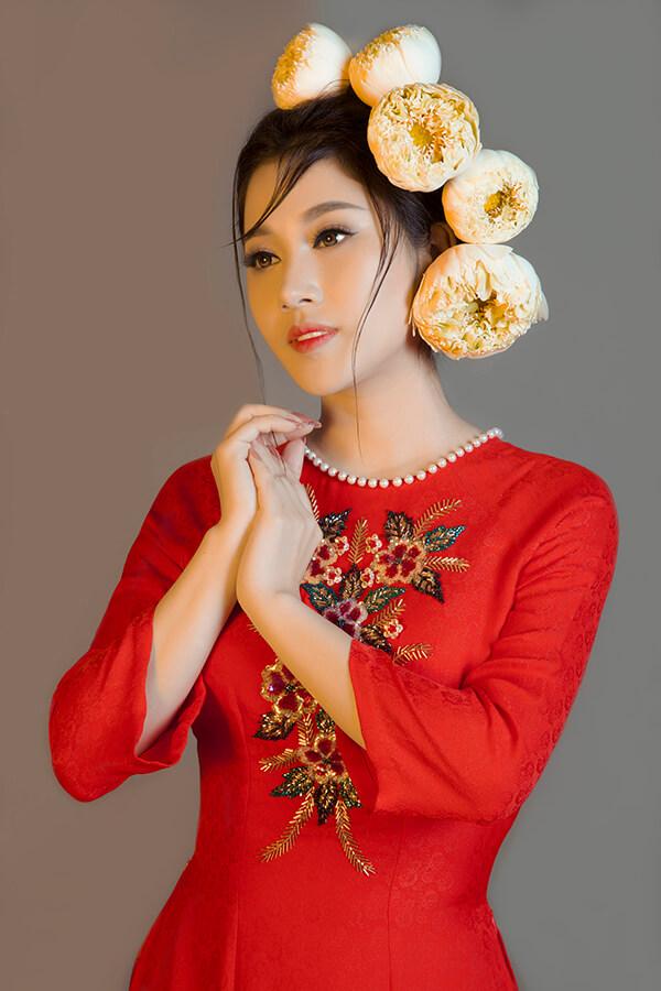 Tố My duyên dáng cùng áo dài thêu hoa - Hình ảnh 2