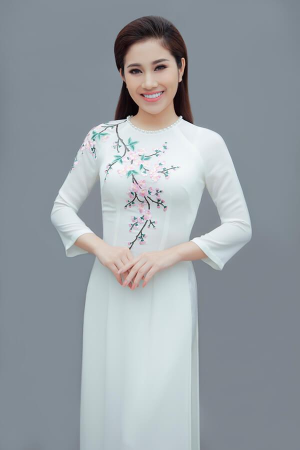 Tố My duyên dáng cùng áo dài thêu hoa - Hình ảnh 4
