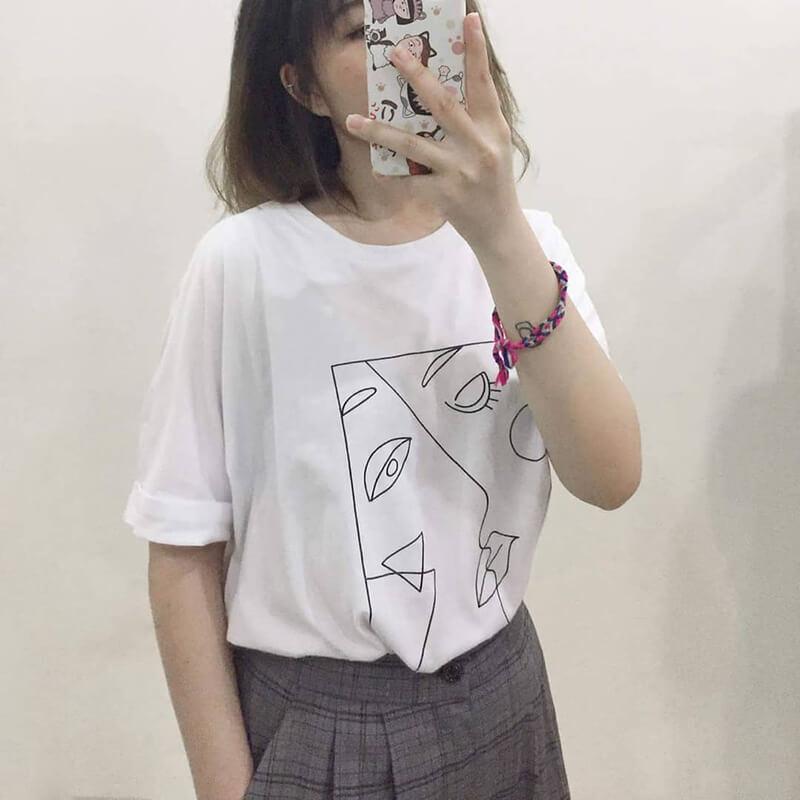 Áo thun in họa tiết mặt người đang nổi bần bật tại Hàn Quốc