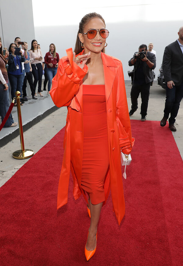 Gigi Hadid khởi đầu thành công, lập tức Jennifer Lopez tiếp nối xu hướng cũng với áo vest kết hợp đầm quây bó sát