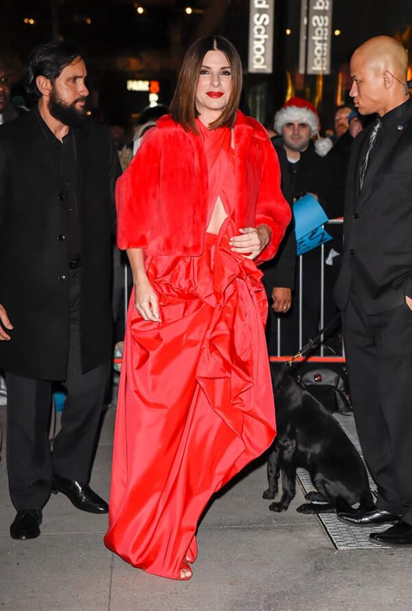 Sandra Bullock là một trong những ngôi sao mới nhất cập nhật xu hướng này trên thảm đỏ