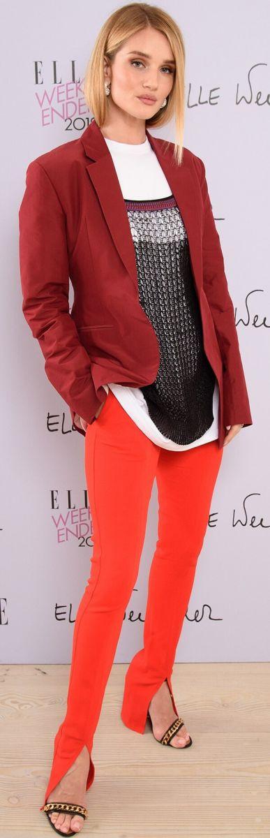 Rosie Huntington-Whiteley, cựu thiên thần Victoria's Secret, lựa chọn khá táo bạo khi mặc quần màu cam san hô kết hợp với áo vest nâu đỏ