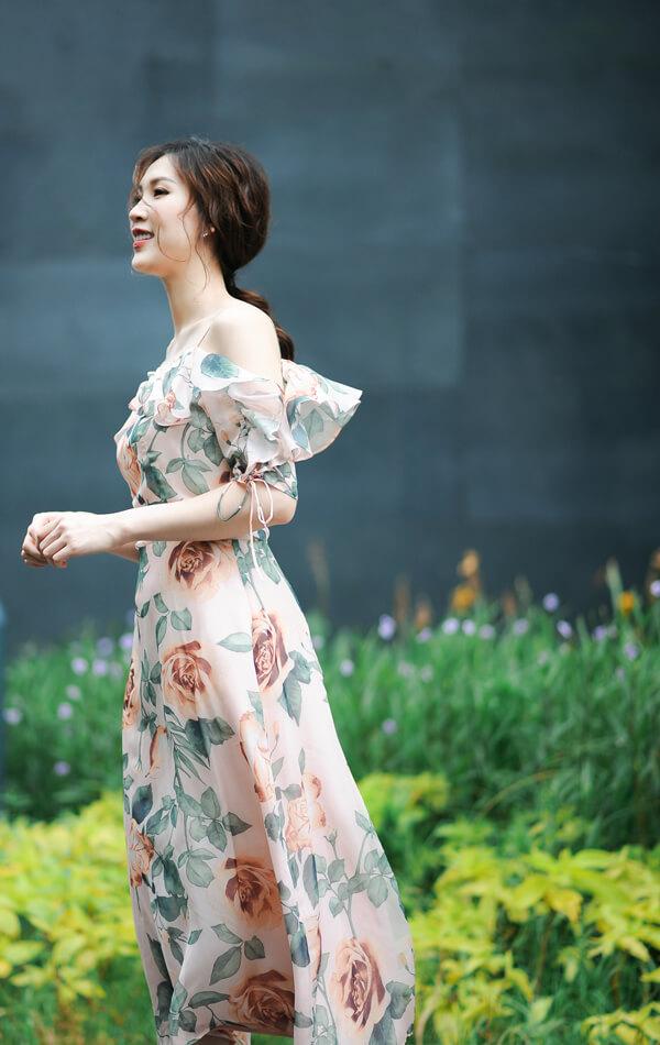 Mrs Áo Dài 2018 Phí Thị Thùy Linh dịu dàng với đầm in họa tiết hoa - Hình ảnh 1