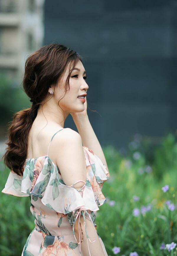 Mrs Áo Dài 2018 Phí Thị Thùy Linh dịu dàng với đầm in họa tiết hoa - Hình ảnh 2