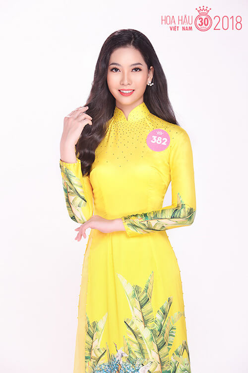 Thí sinh Lê Thị Mỹ Duyên, sinh năm 1998, diện áo dài màu vàng nổi bật.
