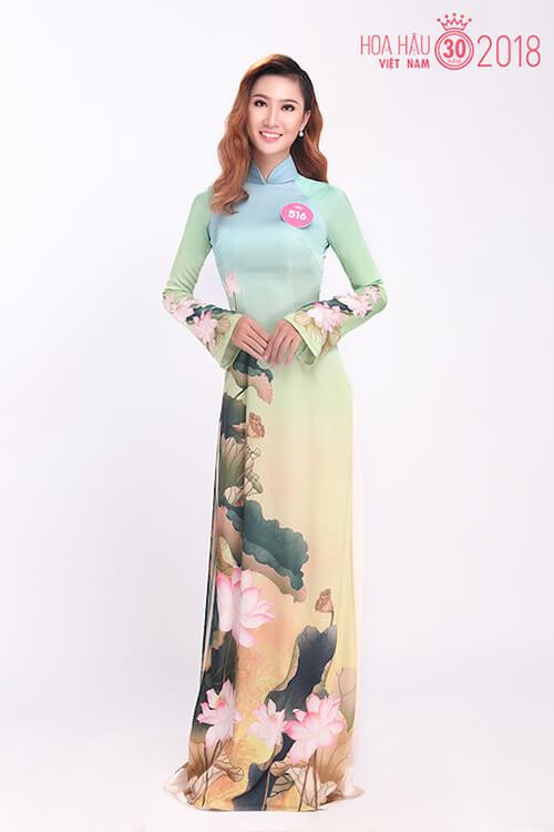 Thí sinh Nguyễn Thị Hoài Linh, sinh năm 1998, khoe dáng thướt tha trong bộ áo dài cổ cao truyền thống kín đáo.