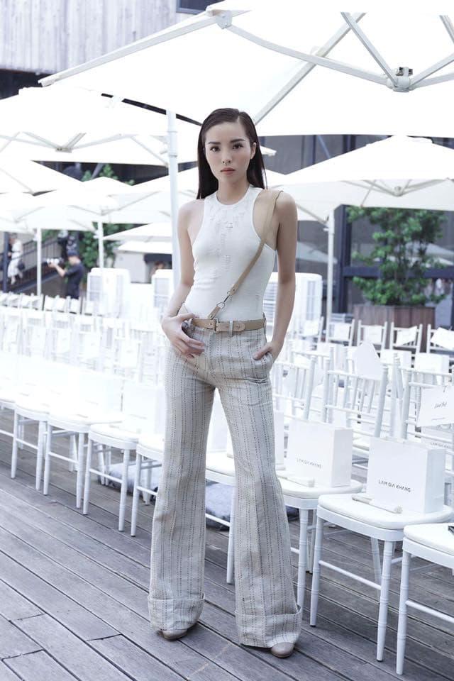 Hoa hậu Kỳ Duyên mix đồ sành điệu với áo thun - Hình ảnh 1