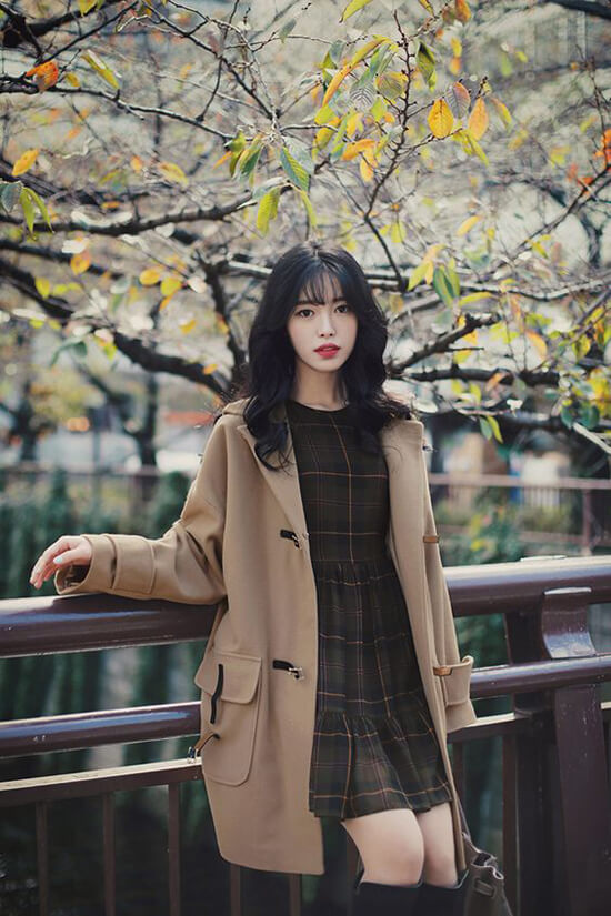 Đối với những bạn gái có vóc dáng nhỏ nhắn nên chọn cách phối màu đồng điệu giữa váy và áo khoác