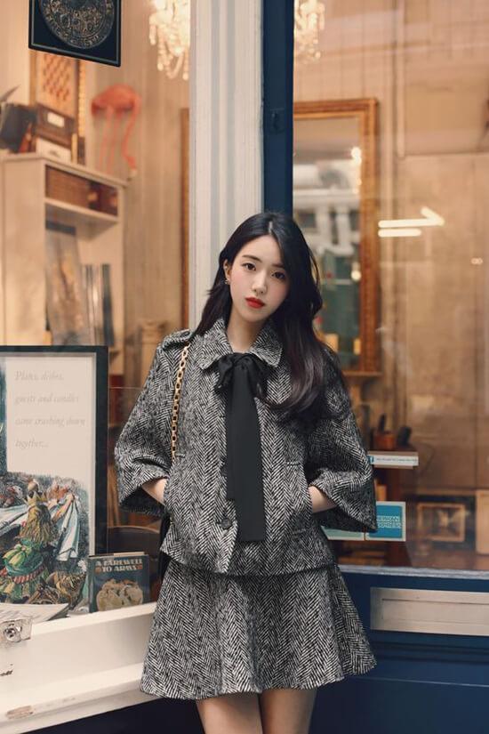 Vải tweed, vải bố, vải thô với độ dày vừa phải là các chất liệu lý tưởng để chưng diện ở mùa này
