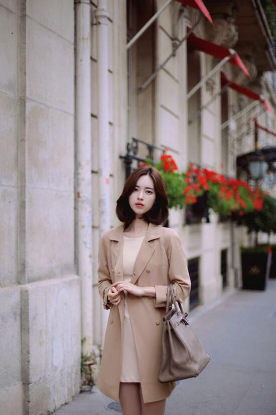 Blazer đi cùng váy suông màu thanh nhã là phong cách mùa thu cho các nàng công sở yêu vẻ đẹp hiện đại, thanh lịch.