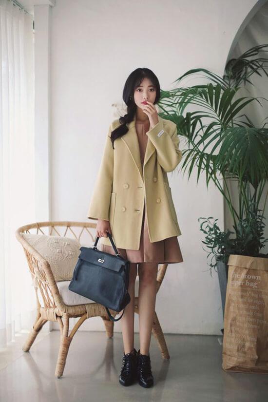 Tiết trời mùa này chưa phù hợp lắm để diện măng tô, đổi lại phái đẹp có thể chọn các kiểu áo khoác mỏng, áo blazer dáng dài để mix đồ đi làm.