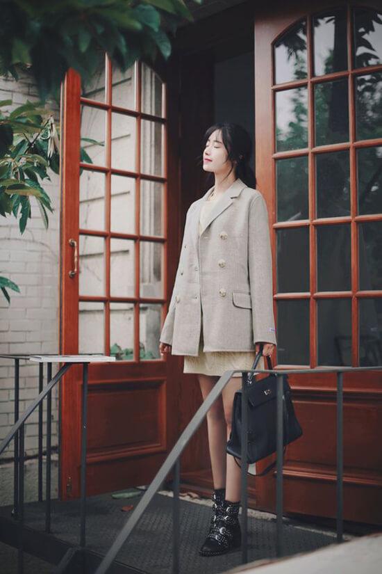Phối áo vest dáng rộng cùng các kiểu váy liền thân, váy suông, phụ kiện tối màu là công thức được các fashionista Hàn Quốc yêu thích ở mùa này
