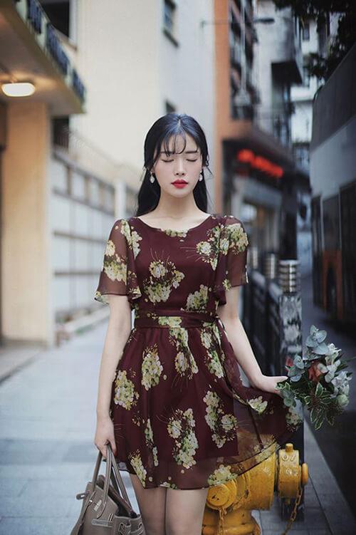 Diện váy hoa duyên dáng trong nắng hè