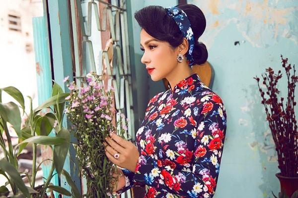 Việt Trinh tạo dáng với áo dài xưa - Hình ảnh 1