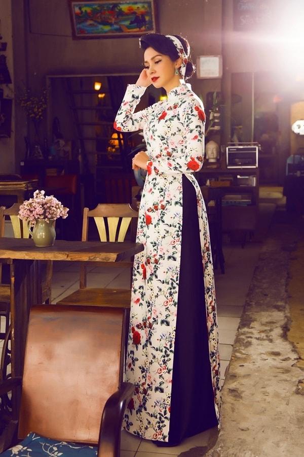 Việt Trinh tạo dáng với áo dài xưa - Hình ảnh 2