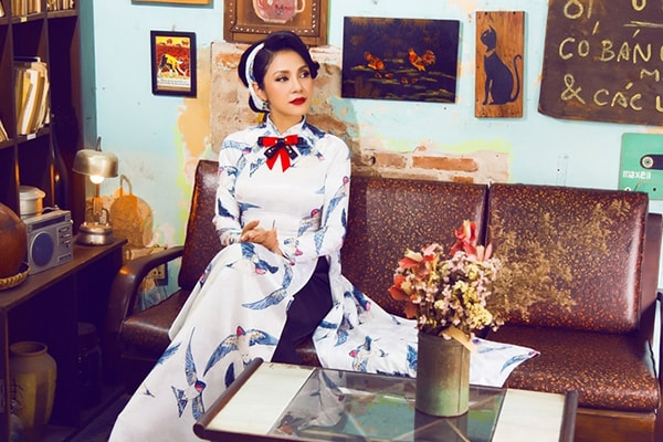Việt Trinh tạo dáng với áo dài xưa - Hình ảnh 3