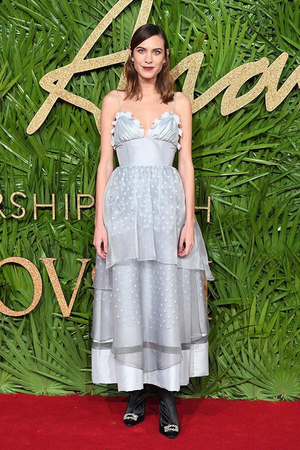 Alexa Chung xuất hiện tại Lễ trao giải Thời trang London năm 2017 với thiết kế váy nhẹ nhàng. Đây là một trong ít lần cô sử dụng trang phục màu xanh lơ