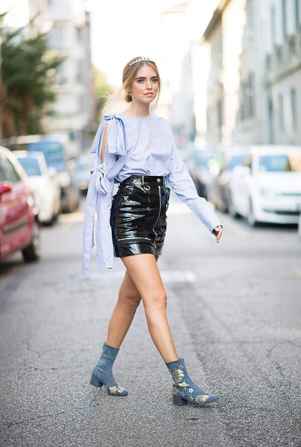 Chiara Ferragni xuất hiện tại Tuần lễ thời trang Milan Xuân – Hè 2017 với áo sơmi Frankie có tay áo thắt nơ ấn tượng, kết hợp cùng váy da bóng và vương miện tiara