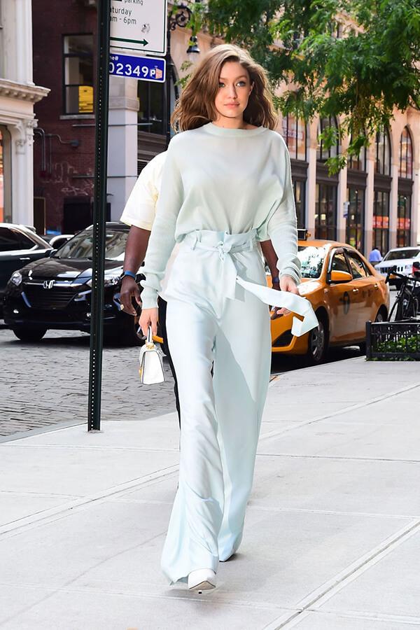 Gigi Hadid diện jumpsuit màu xanh dịu mắt trong chuyến hẹn hò ở New York với Zayn Malik vào tháng 6/2017